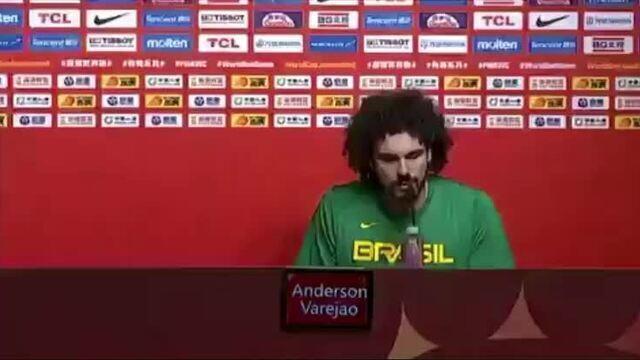 Varejão ganha beijo de Petrovic durante coletiva da seleção na Copa do Mundo de basquete