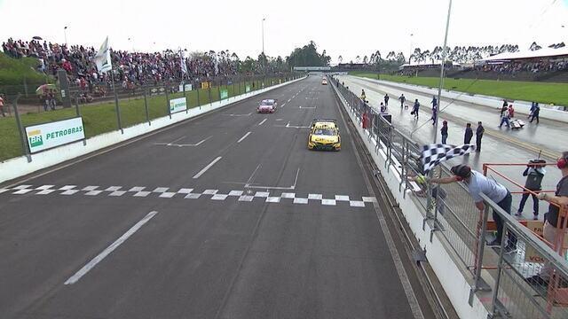 Felipe Fraga vence primeira prova da Stock Car no Velopark