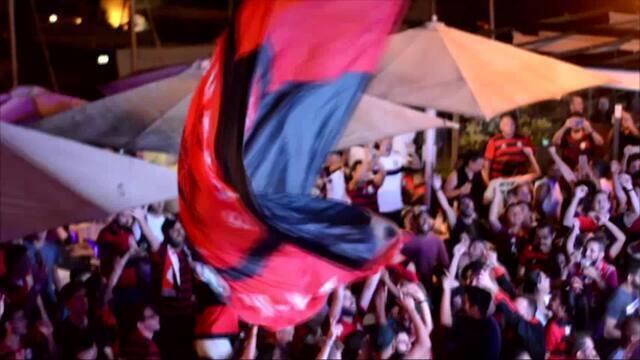 Torcedores do Flamengo comemoram a vitória do time em Portugal