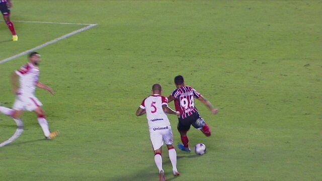 Murillo Henrique bate de fora, a bola desvia e passe perto da trave do Vila aos 6 do 1º tempo