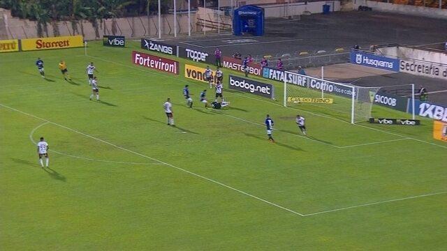 Guilherme Romão cruza fechado e Martín Rodriguez defende aos 29 do 1º Tempo