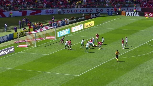 Bate e rebate na área da Chape, Inter tenta o ataque, mas Tiepo fica com a bola, aos 35' do 1º tempo