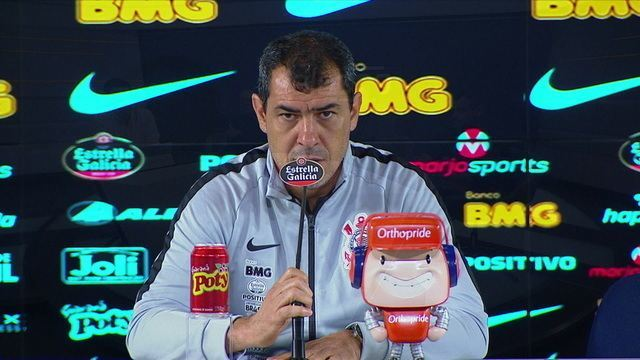 """Torcida do Corinthians faz protesto chamando Fábio Carille de retranqueiro: """"Situação do treinador não é confortável"""""""