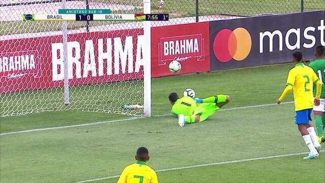 Kaiky Fernandes tenta afastar, mas manda contra o próprio gol, e a bola pega na trave, aos 8 do 1º