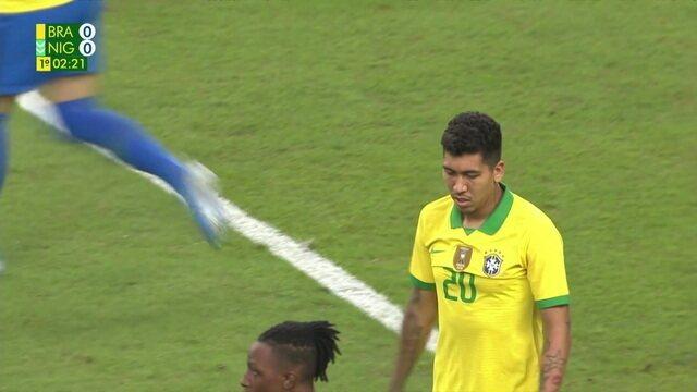 Firmino recebe bola no pivô, gira bonito e chuta com muito perigo, aos 2 do 1º