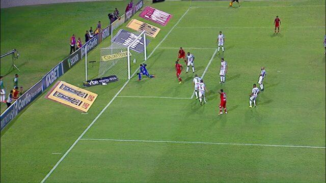 Rodrigo Viana defende chute rasteiro de Alisson Farias aos 29 min do segundo tempo