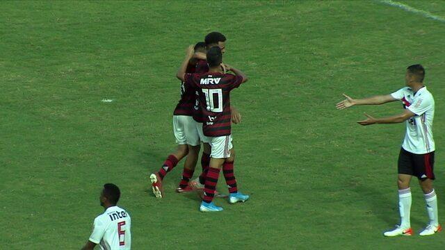 Gol do Flamengo! Rodrigo Muniz recebe na entrada da área e chuta no canto para igualar, aos 22 do 1º
