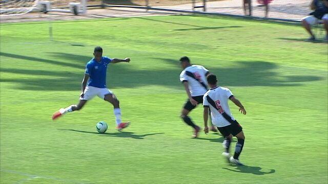 Gol do Cruzeiro! Alexandre Jesus recebe o lançamento e bate no canto, aos 13' do 1ºT