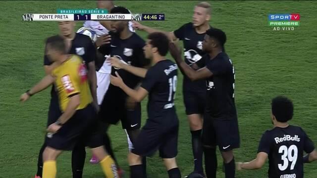 Rafael Silva deixa o braço e é expulso