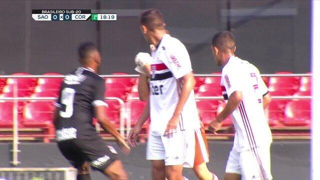 Corinthians cobra escanteio, Raul cabeceia e Roni desvia na pequena área, mas Thiago Couto salva, aos 19 do 1º tempo
