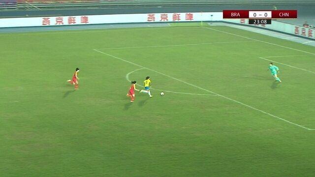 Debinha aparece cara-a-cara com Peng Shimeng que faz a defesa. 23' do 1 T.