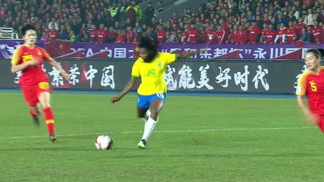 Ludmila recebe na entrada da área, chuta no conta da goleira. A bola passa perto. 43' do 1ºT.