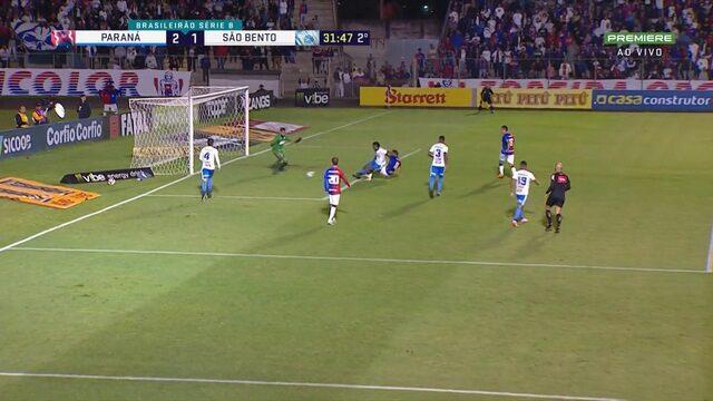 Vitinho cruza, Bruno Rodrigues chuta fraco e o goleiro tira a bola com os pés