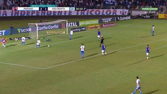 Guilherme Santos sai na cara de Henal, chuta cruzado, o goleiro estica o pé e salva