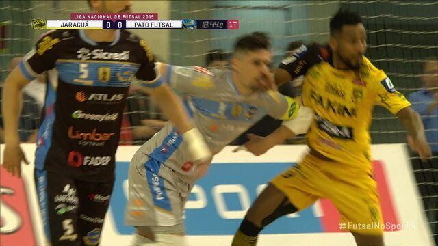 Jogadores se estranham logo no começo da semifinal da Liga Futsal
