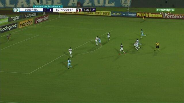 Londrina x Botafogo-SP: Júnior Pirambu chuta de fora, e o goleiro defende, aos 21 do 2º
