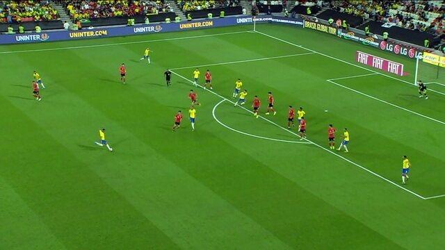 Danilo recebe e finaliza de fora da área por cima do gol, aos 26' do 1º Tempo