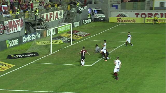 Aylon arranca em velocidade e toca para Pedro Raul, que arrisca na saída do goleiro, mas manda para fora, aos 21' do 1º tempo