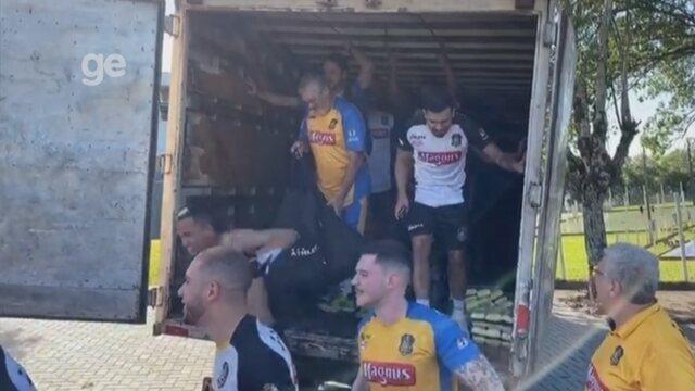 Ônibus do Sorocaba Futsal quebra e jogadores pegam carona em caminhão baú