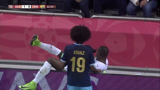 Abdelkarim tenta zerar a jogada e acaba caindo no colo de segurança, aos 32' do 2ºT