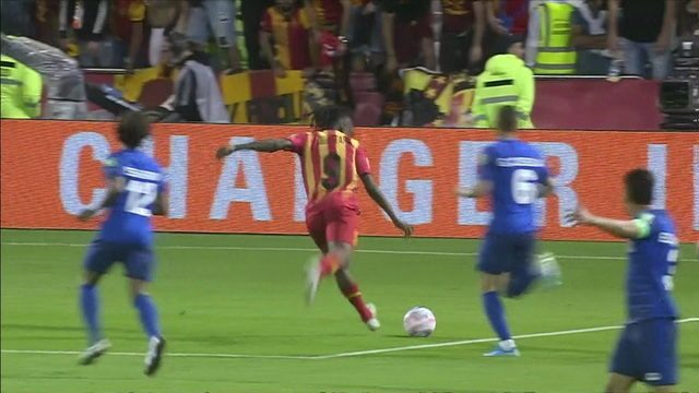 Ouattara recebe no bico da grande área, bate, mas a bola sobe demais aos 7 do 1º tempo
