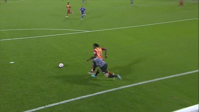 Al-Muaiouf se enrola com a bola nos pés, Badri tem a chance, mas chuta para fora aos 11 do 1º tempo