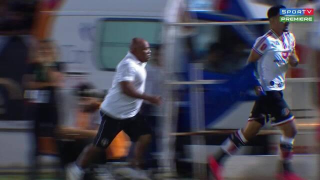 Massagista Catatau dá pique e tapa em jogador do Santa Cruz