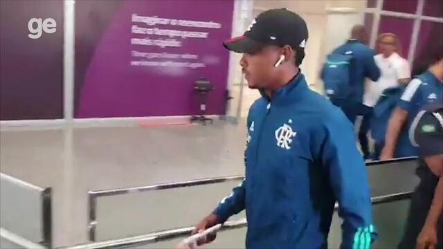 Bruno Henrique deixa o aeroporto na volta do Flamengo ao Rio