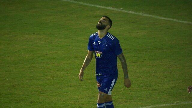 Filipe Machado dá lindo lançamento para João Lucas, mas finaliza por cima do gol, aos 12 do 2º tempo