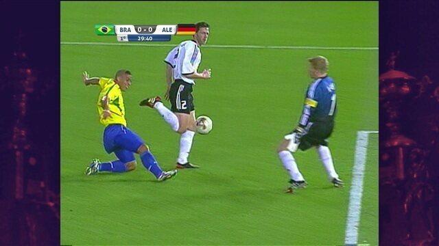 Ronaldinho manda por cima para Ronaldo, que não consegue a finalização, aos 29' do 1ºT