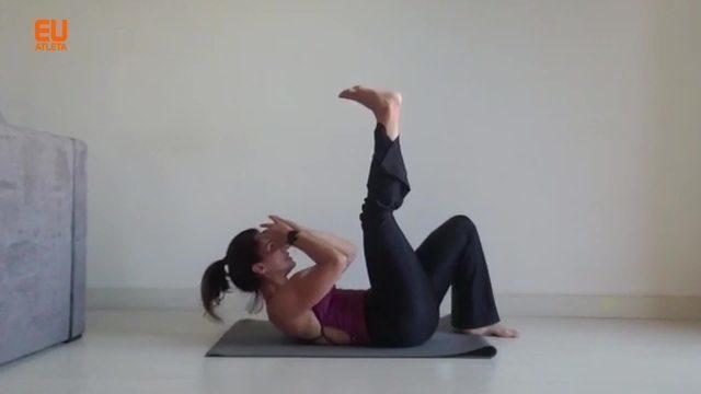 A personal trainer Tati Trotta ensina uma série de abdominais