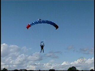 30/03/2013 - Militares fazem treinamento de salto de paraquedas em Boituva, SP