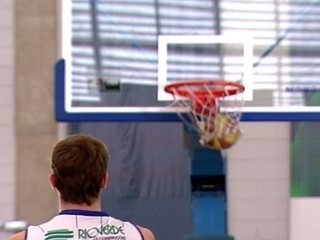 Jogadores de basquete chegam a fazer 500 arremessos em treino diário