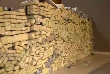 A Polícia Militar apreendeu mais de 700 quilos de maconha e cocaína em uma chácara em Tanabi (SP) nesta terça-feira (30).