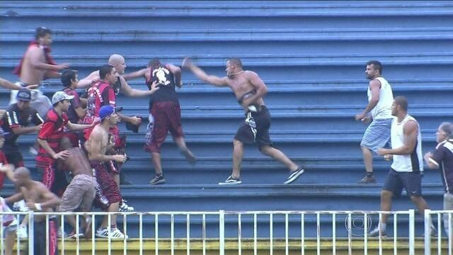 http://globotv.globo.com/rede-globo/globo-esporte-rj/v/cenas-de-barbarie-torcedores-de-atletico-pr-e-vasco-se-agridem-intensamente-em-joinville/3006711/