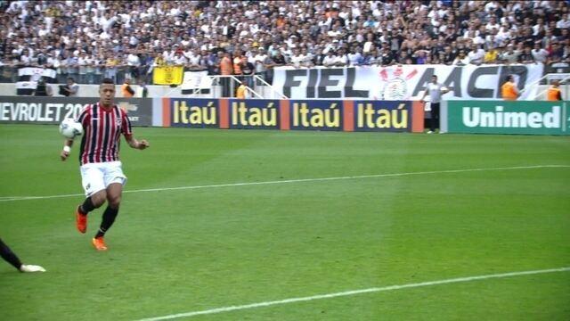 http://globotv.globo.com/globocom/tempo-real/v/bola-bate-na-mao-de-antonio-carlos-do-sao-paulo-e-arbitro-marca-penalti-para-corinthians/3644295/