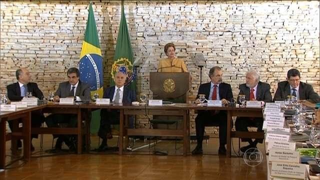 Dilma pede a ministros para reagir a 'boatos' e defender o governo