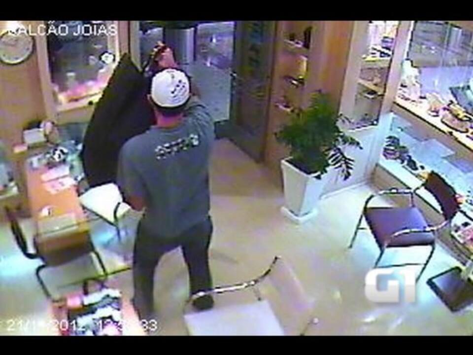 7f06ed883e1 Imagens de câmera de segurança mostram roubo a joalheria no RS - G1 Rio  Grande do Sul - Vídeos - Catálogo de Vídeos