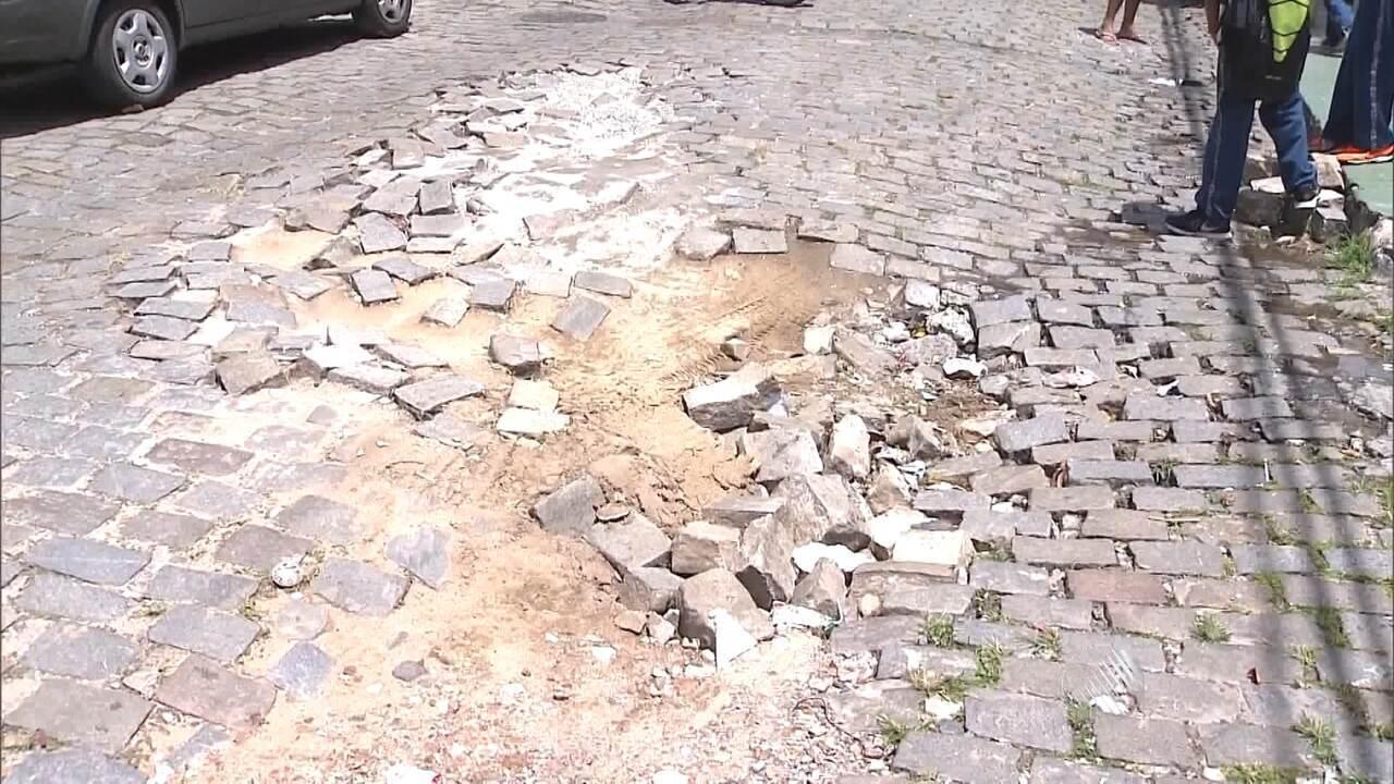 Resultado de imagem para ruas de paralelepípedo ESBURACADAS