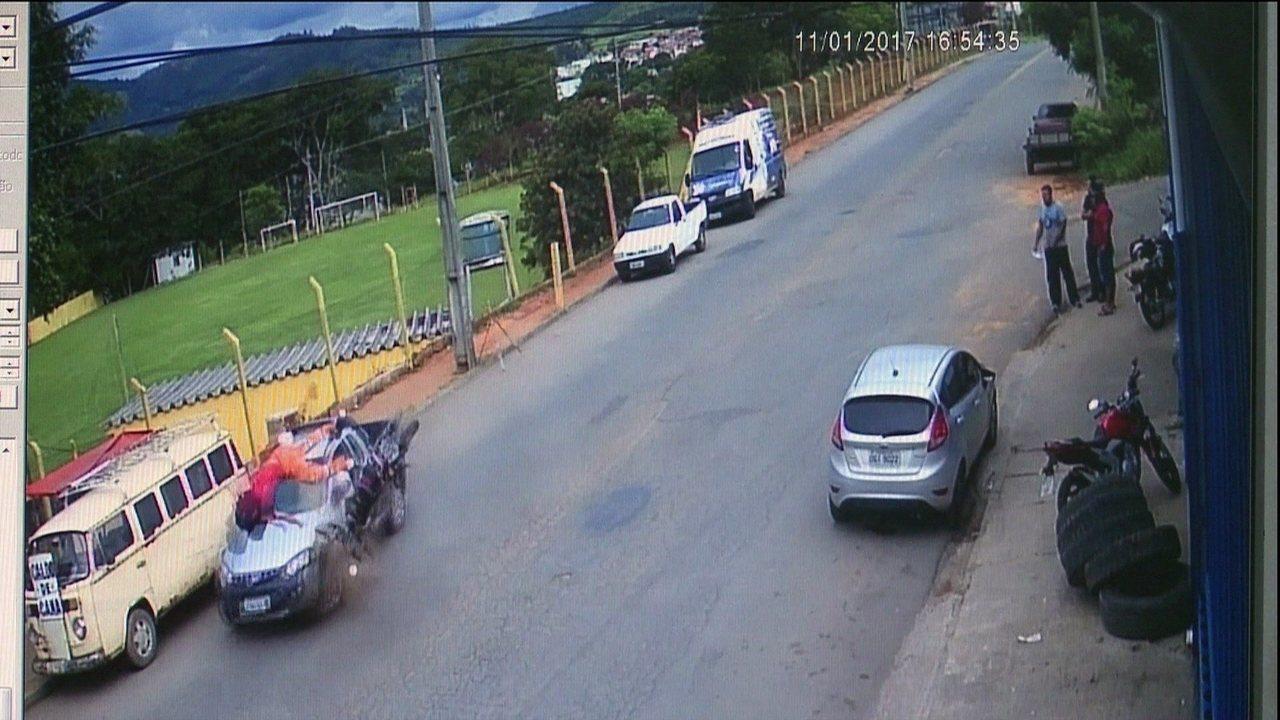 Motociclista bate em carro, é arremessado e se choca contra caminhão, mas  só quebra dedos - GloboNews – Jornal GloboNews - Catálogo de Vídeos 1cf5db65303