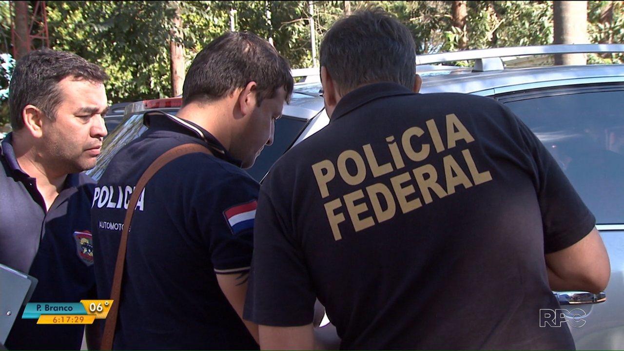 Policiais brasileiros e paraguaios trabalham juntos na investigaAi??A?o do assalto no Paraguai
