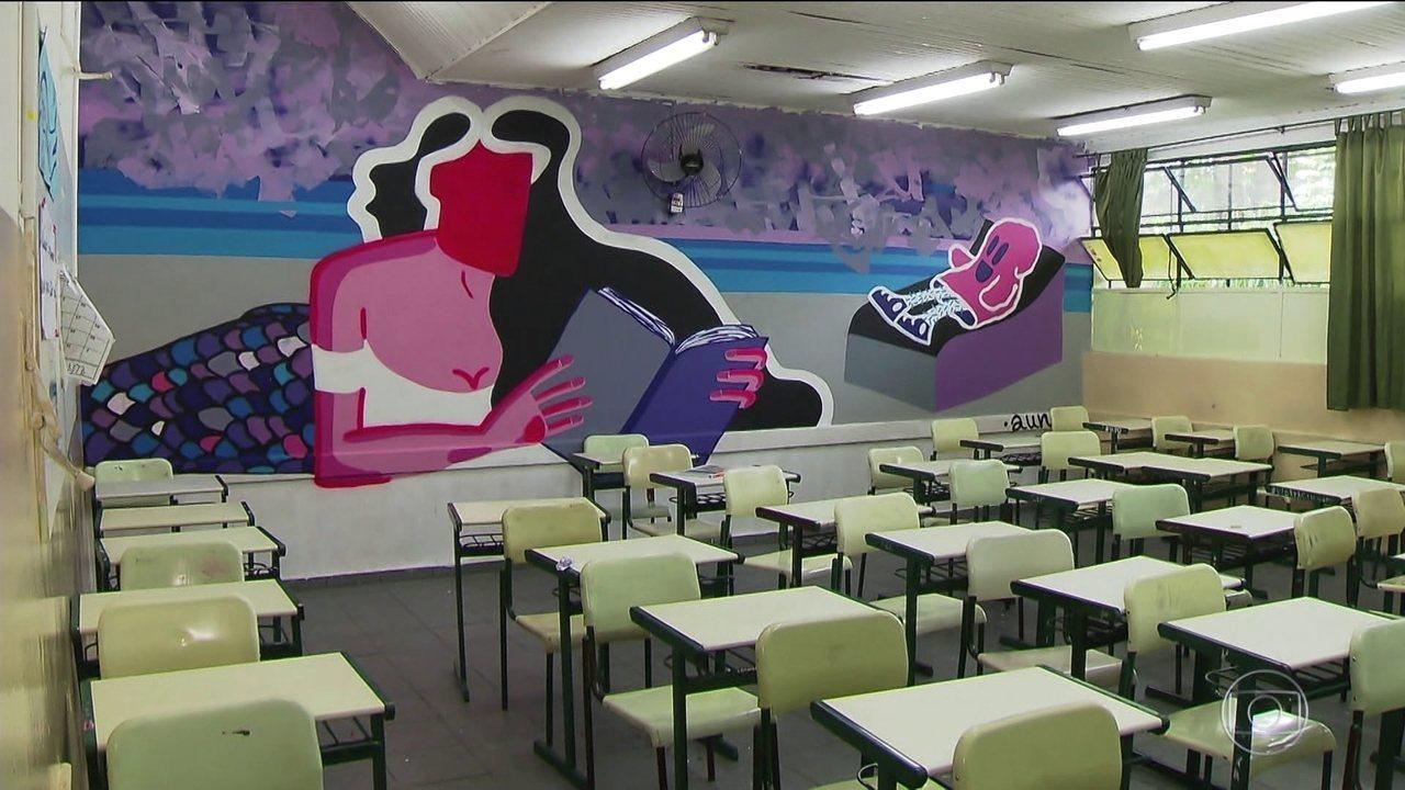 Grafite toma conta das paredes de uma escola estadual de Guarulhos (SP)