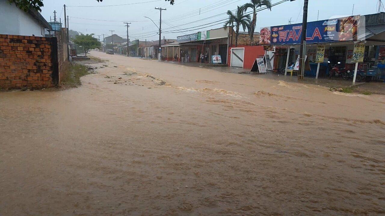 Chuva intensa alaga ruas dos dois distritos de Ji-Paraná
