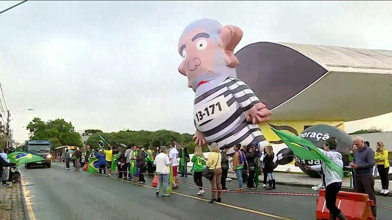 Manifestantes fazem ato em defesa da operação Lava Jato em Curitiba