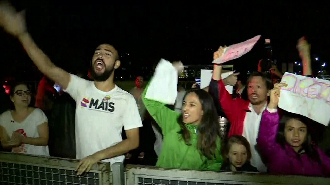 Grupo protesta contra o presidente Michel Temer