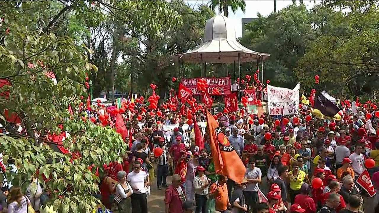 Manifestantes pedem a saída de Temer na Praça da Liberdade, em Belo Horizonte