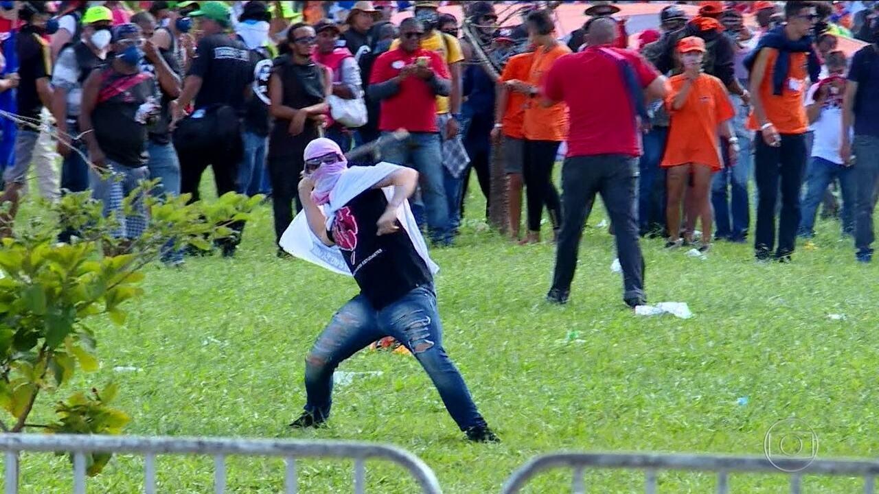 Protesto contra governo espalha destruição em Brasília e Temer chama Forças Armadas