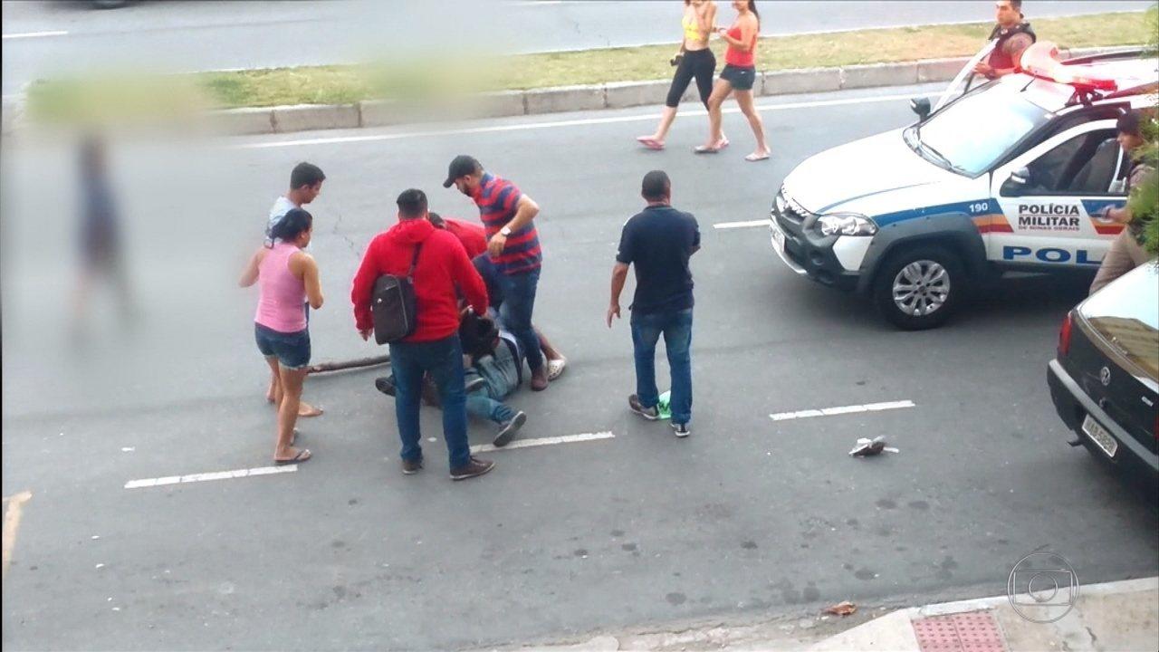 Grupo espanca homem, e policiais assistem a agressão em BH