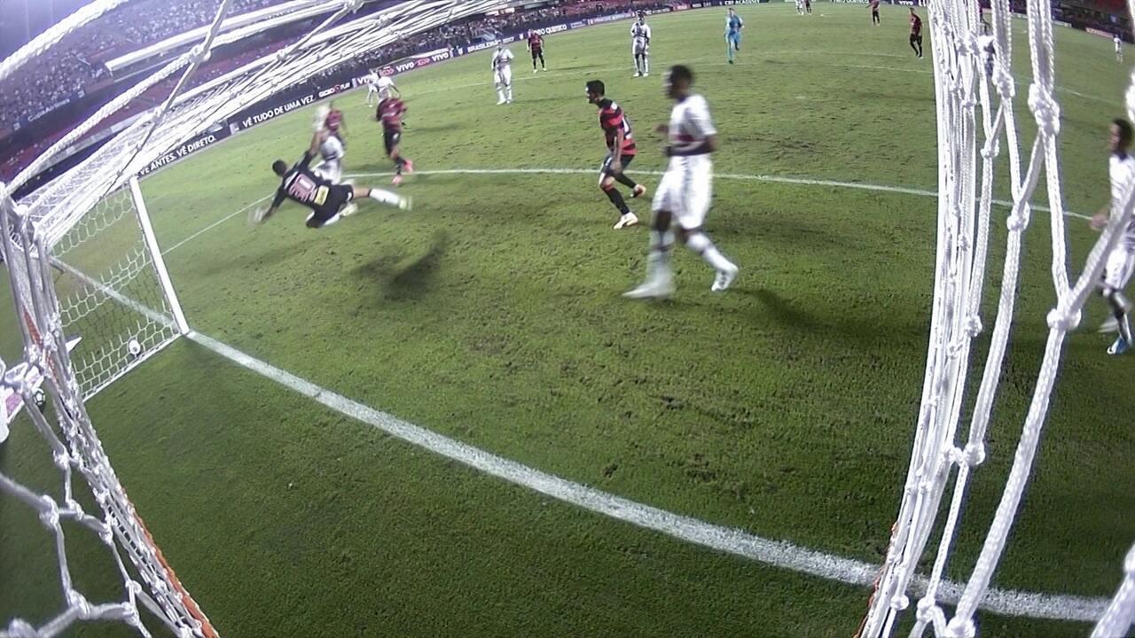 Quase! Renan Ribeiro faz duas defesas fantásticas e Éder Militão salva a terceira, aos 29 do segundo tempo