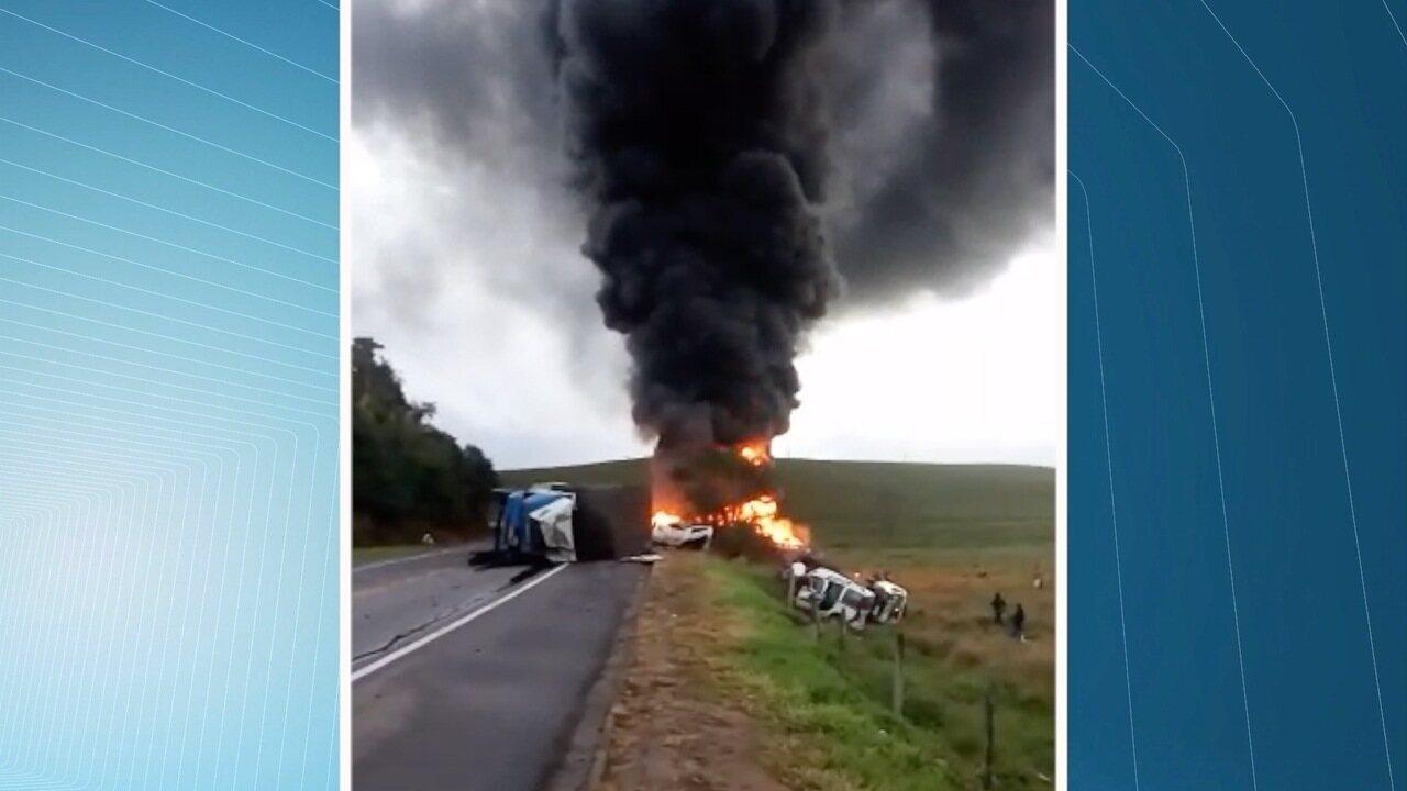 Acidente com quatro veículos deixa mortos e feridos na BR-101, em Guarapari